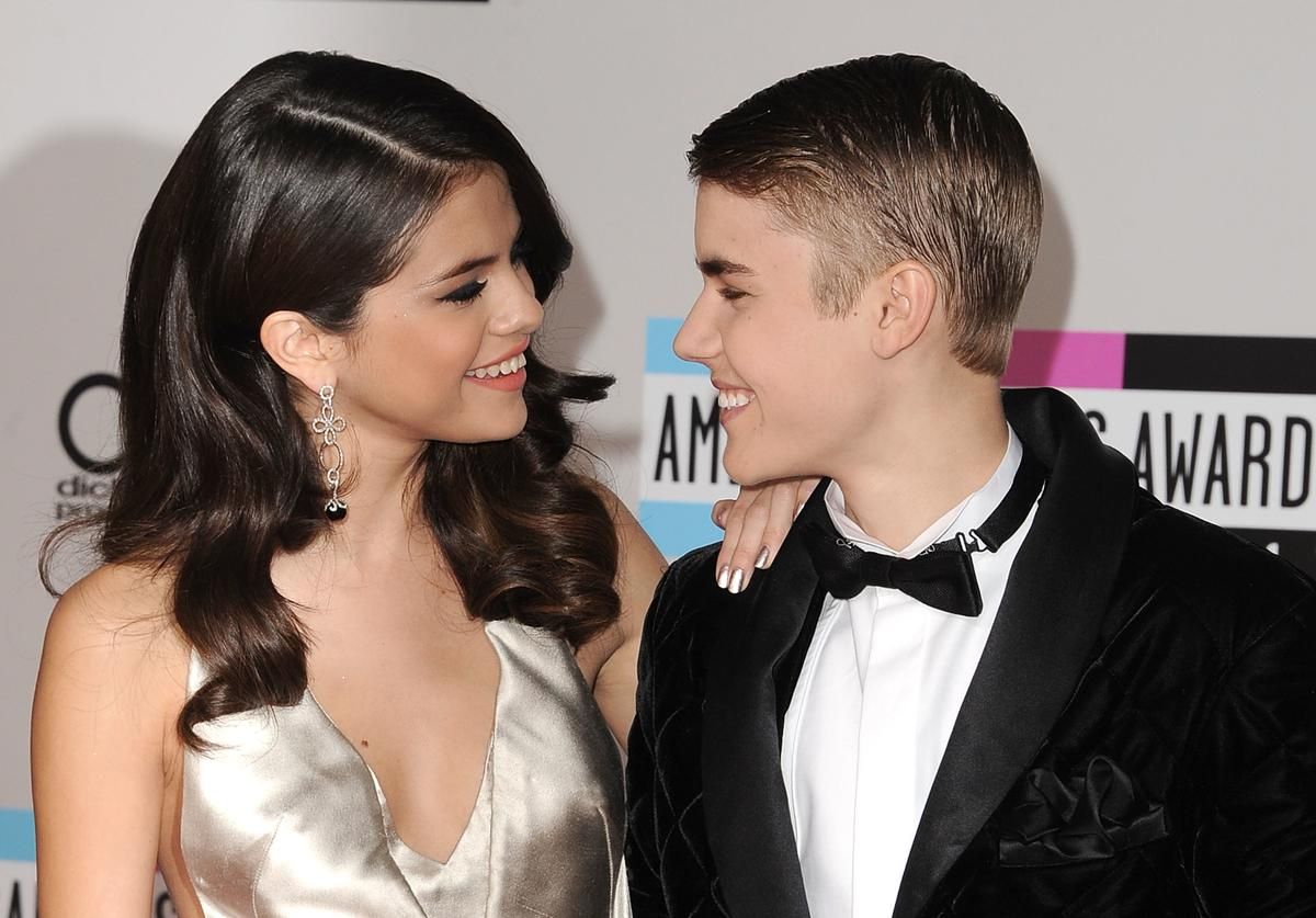 Selena Gomez and Justin Bieber arrives at the 2011 American Music Awards at Nokia Theatre L.A. Live on November 20, 2011 in Los Angeles, California