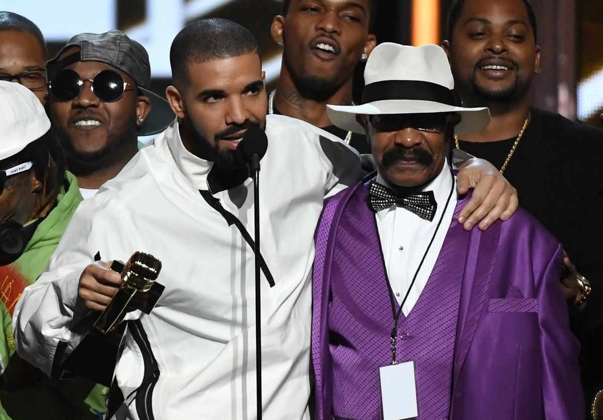 Drake (L) accepts the Top Artist award with his father Dennis Graham during the 2017 Billboard Music Awards at T-Mobile Arena on May 21, 2017 in Las Vegas, Nevada