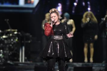 Kelly Clarkson Stuns Crowd With Cardi B, Post Malone, & Lauryn Hill Mashup