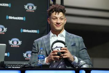 """Patrick Mahomes Signs Fan's """"Champ Stamp"""" Lower Back Tattoo: Watch"""