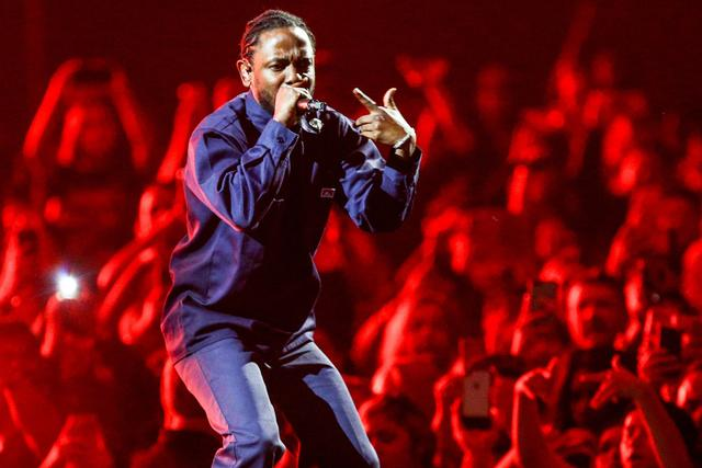 Kendrick Lamar performing w The Weeknd