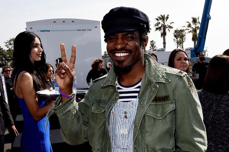 Andre 3000 throws up a peace sign