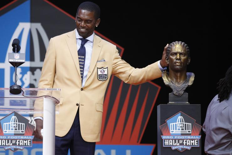 Randy Moss pays tribute with his Hall of Fame tie