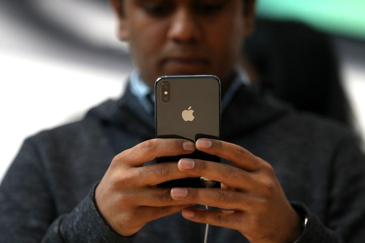 IPhones do not listen in on users - Apple