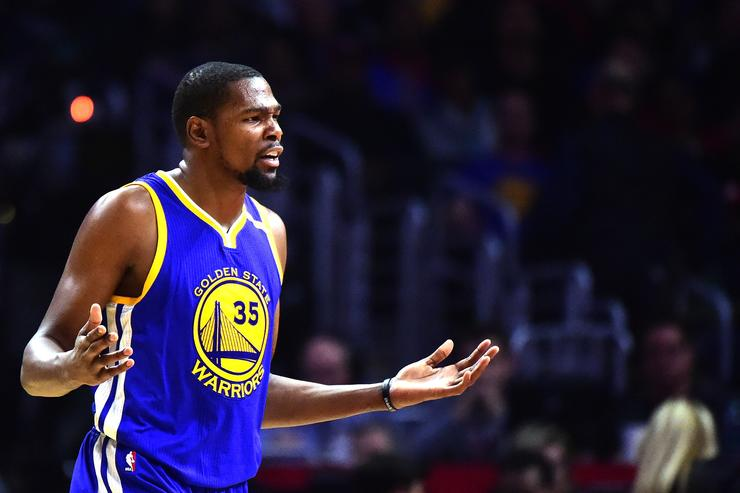 Kevin Durant #35 of the Golden State Warriors during the game against the LA Clippers at Staples Center on December 7, 2016 in Los Angeles, California.