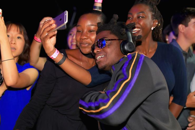 Kodak Black poses for a selfie with fans the 2017 MTV Video Music Awards at The Forum on August 27, 2017 in Inglewood, California