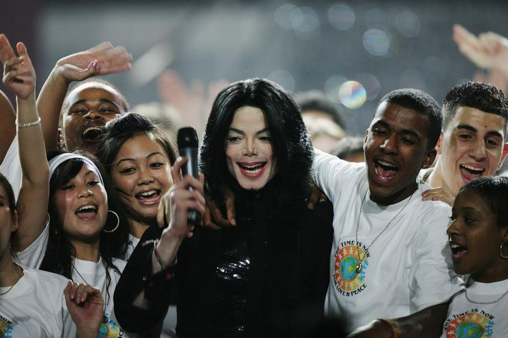 Singer Michael Jackson performs on stage during the 2006 World Music Awards at Earls Court on November 15, 2006 in London