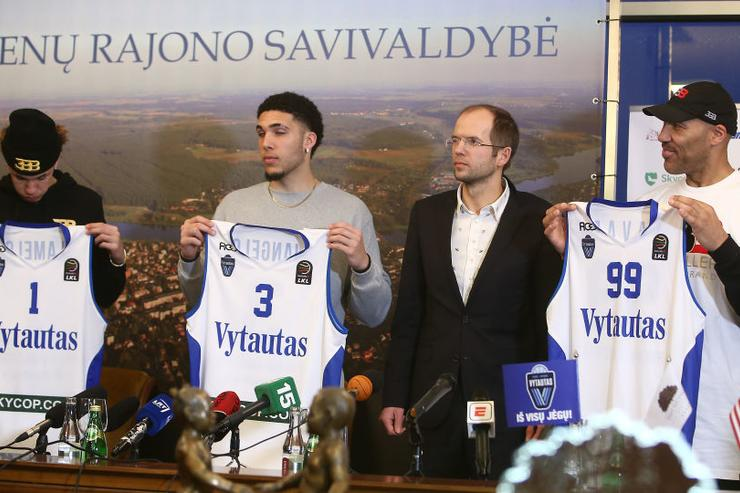 LiAngelo Ball, LaMelo Ball combine for 29 points in Lithuanian pro debut