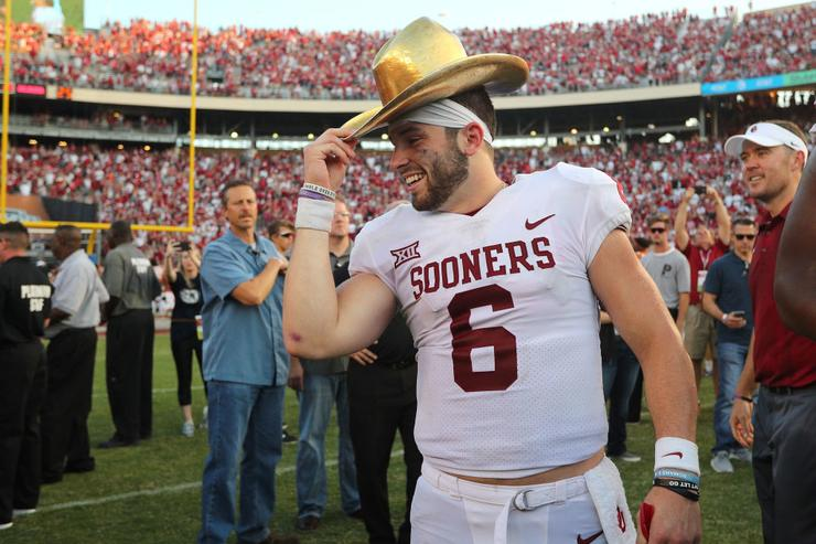 Baker Mayfield recreates iconic Brett Favre NFL draft photo