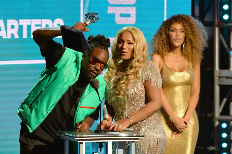 Lil Wayne honored at BET Hip-Hop Awards, shares survival story